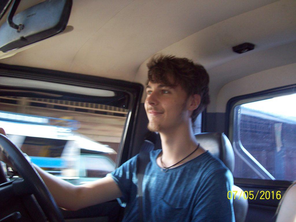 Autor von Digitalconomics beim Auto fahren.