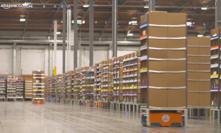 Ein Regal das von alleine fährt bei Amazon Robotics