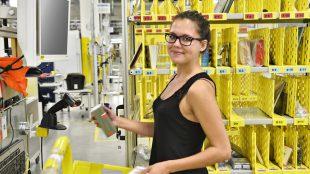 Junges Mädchen in Logistik Zentrum packt eine Warensendung