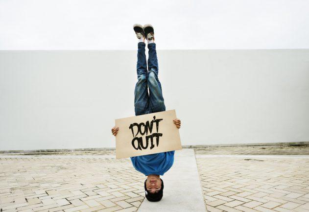 Junger Mann lernt viel über eCommerce und Online Handel um für die Wirtschaft im Internet relevant zu bleiben