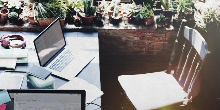 Worspace Office von einem Selbständigen im Internet, der sich mit Nischenseiten passives Einkommen generiert