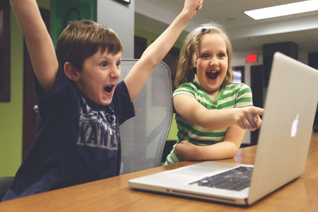 Kinder schauen Videos im Internet und lassen sich beeinflussen vom Online Marketing von Social Influencern