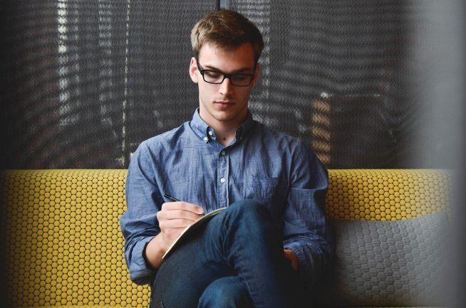 Junger Gründer eröffnet sein eigenes Business im Internet
