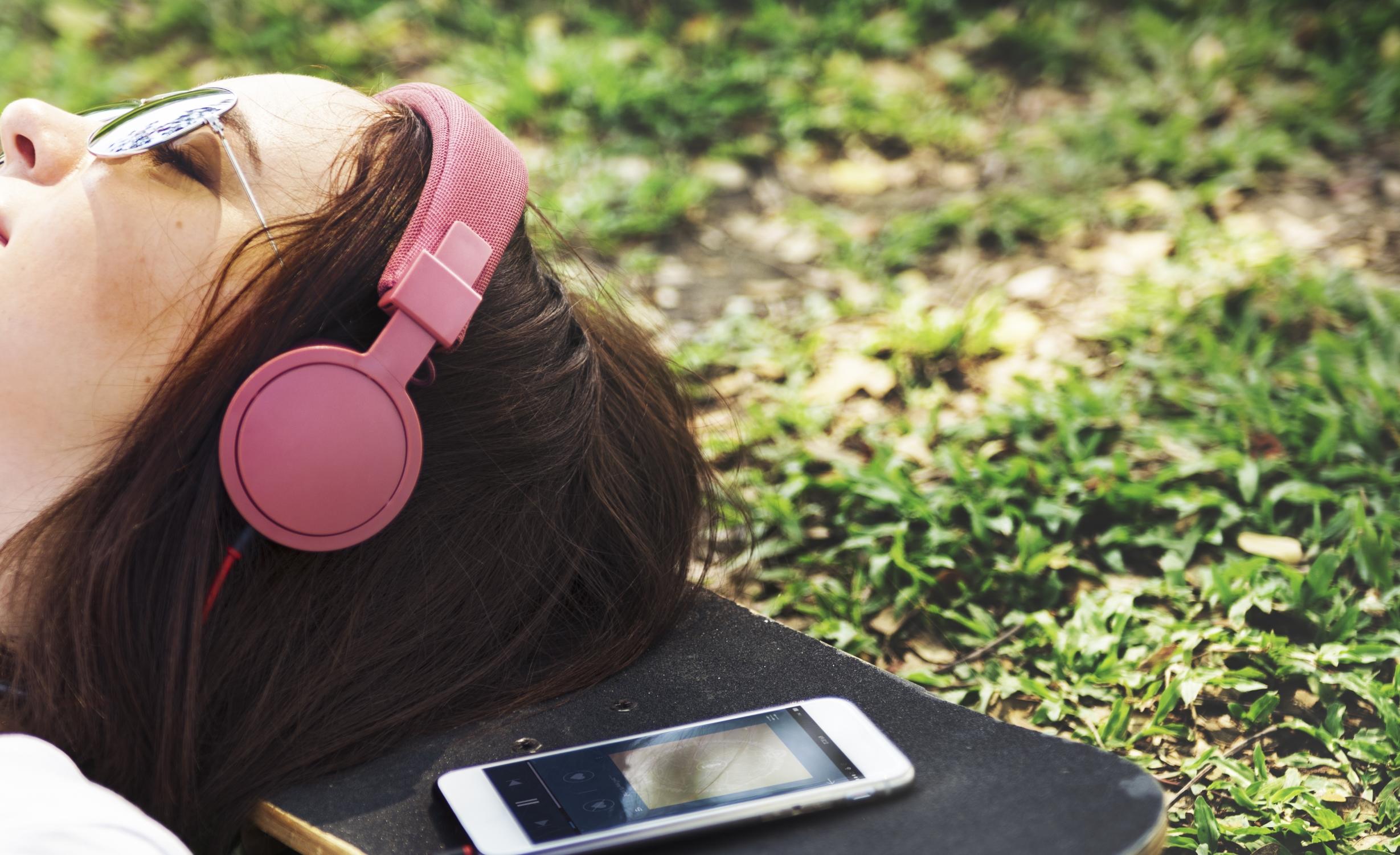 Mädchen hört Musik mit Kopfhörern