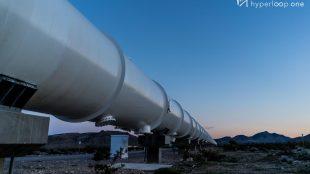 Hyperloop röhre im Sonnenuntergang