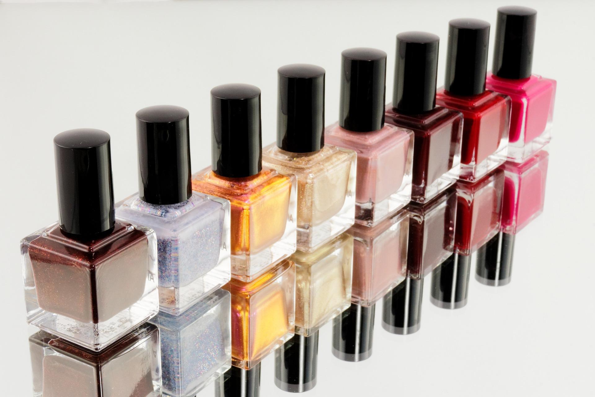 Nagellack in verschiedenen Farben von Pixabay von Bru-nO