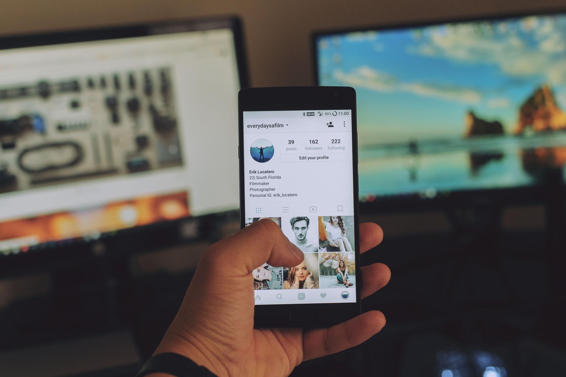 Handy mit Instagram Hintergrund von Picabay von Erik_Lucatero